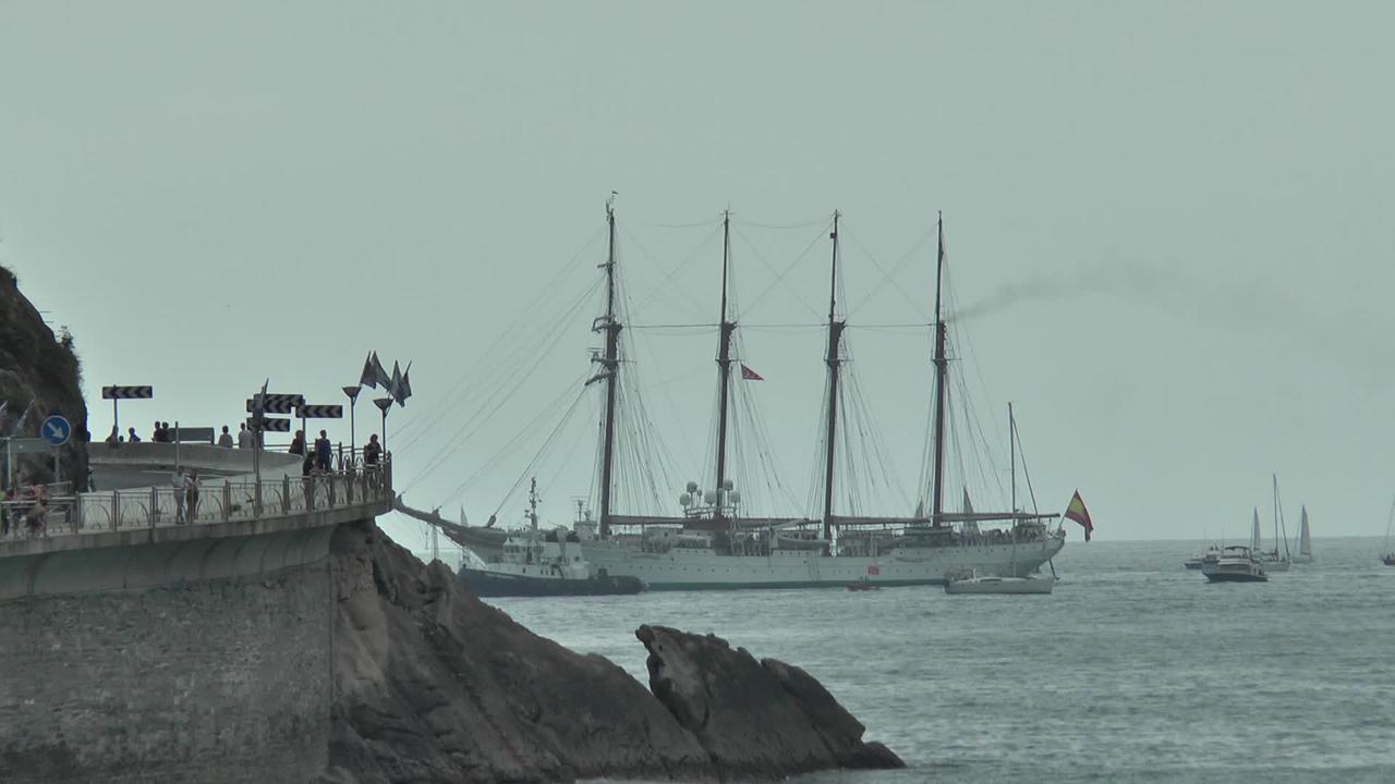 Espainiako itsas armadak ofizialen formakuntzarako erabiltzen duten Juan Sebastian Elcano ontzia bisitatu ahal izan zen