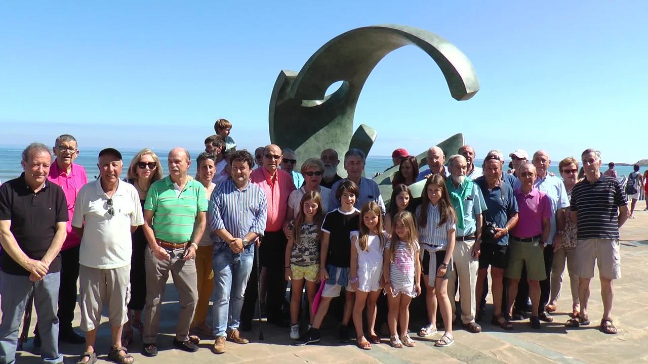 Jose Luis Lasaren Surflariari omenez eskultura  inauguratu dute