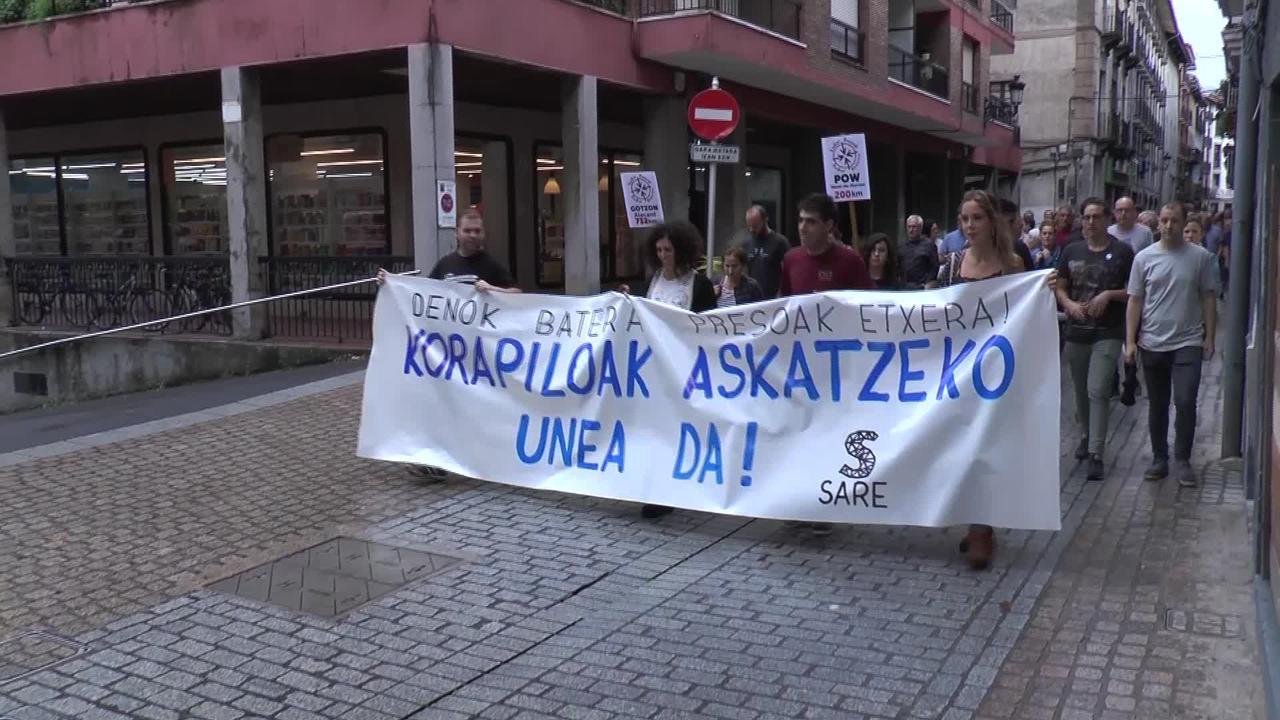 Euskal presoen eskubideak aldarrikatzeko manifestazioa egin dute Azpeitiko Sarek eta Kalerak