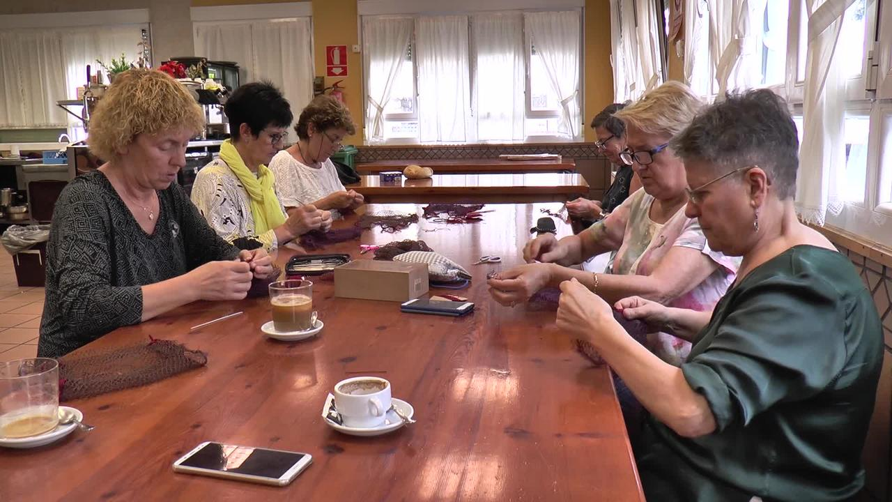 2.000 sare poltsa bererabilgarri josi dituzte Greziako Lesbos  uhartera bidaltzeko, han banatutako plastikozkoak ordezkatzeko.