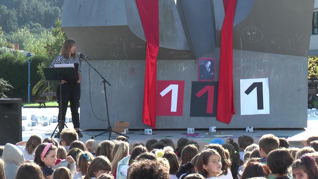 Oteiza eskulturagilearen omenezko ekitaldia egin zuten  Salbatore Mitxelena Ikastolako ikasleek.