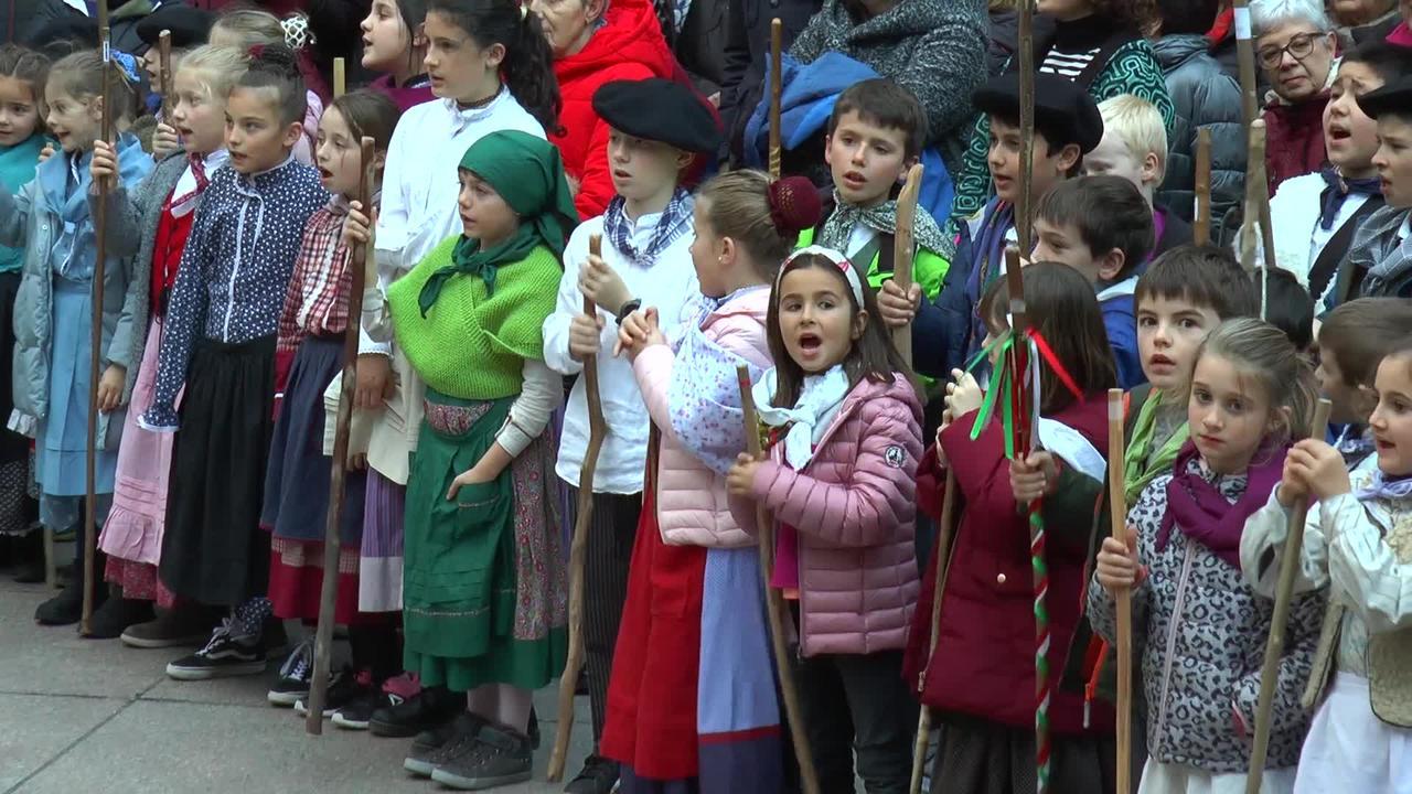 Herriko taldeak kantuan atera dira Santa Ageda bezperan