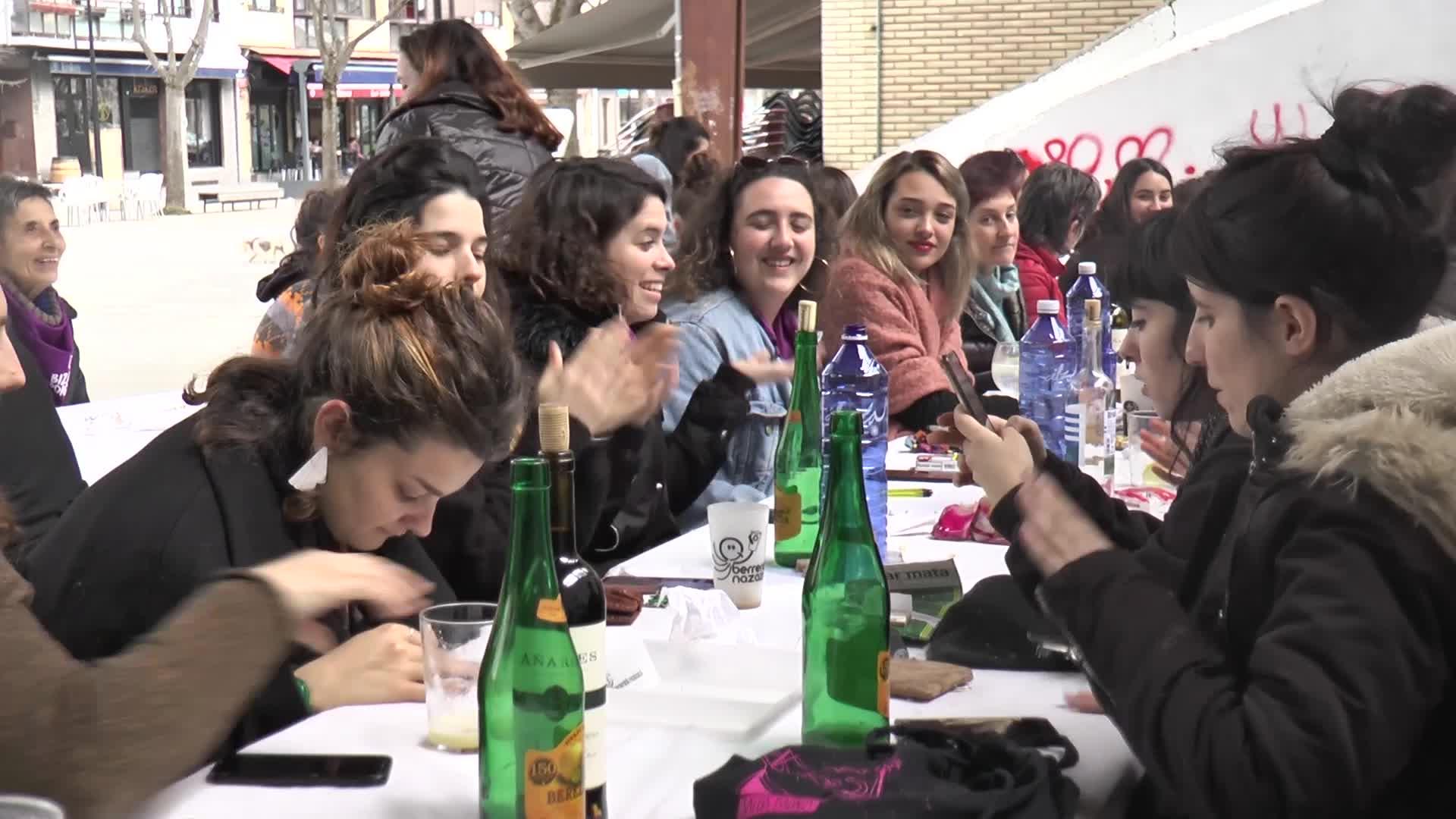 Manifestazioa eta gero, elkarrekin bazkalduta borobildu dute eguna Zumaiako emakumeek