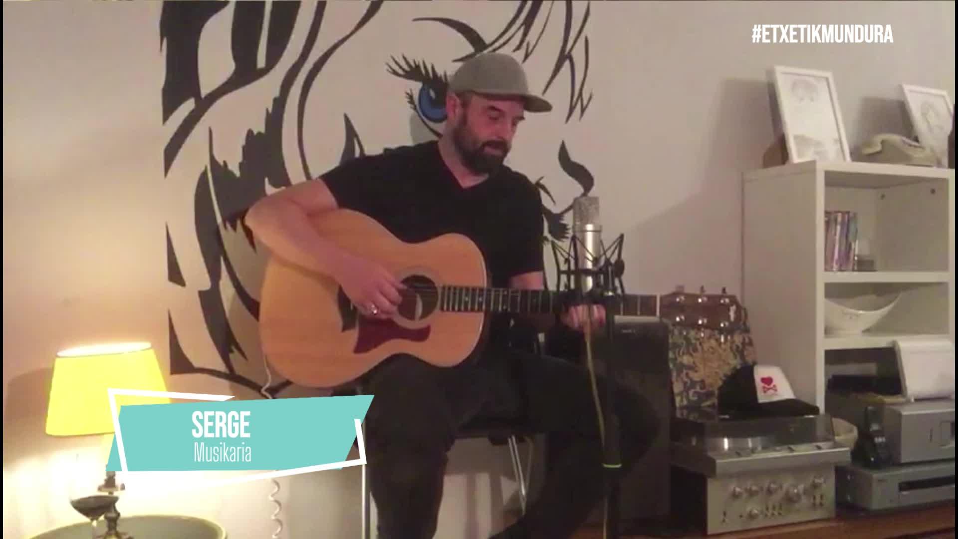 Serge musikaria etxetik mundura