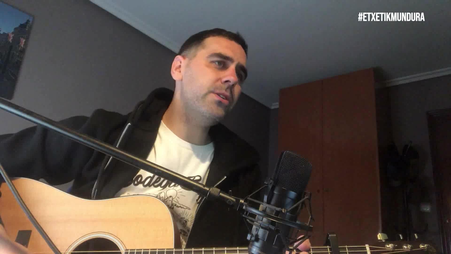 Unax Nogales musikaria, etxetik mundura