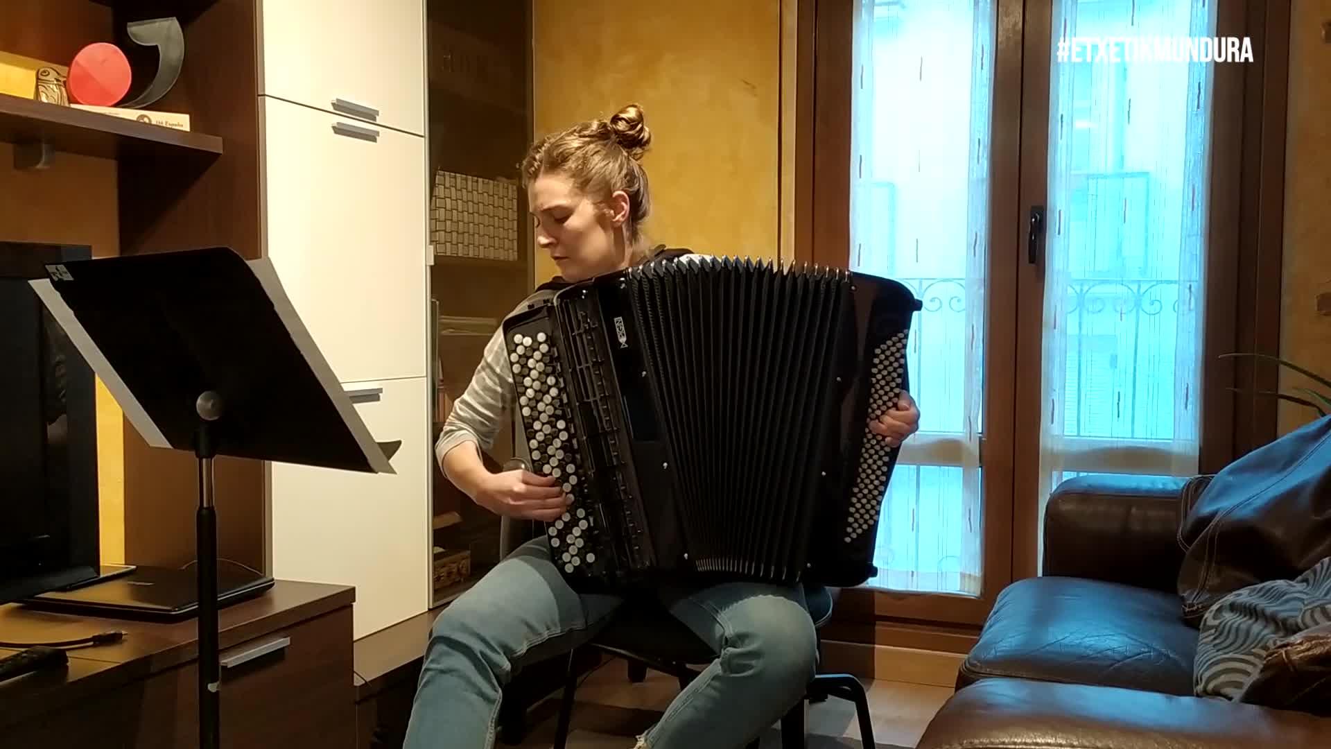 Maria Zubimendi akordeonista, etxetik mundura