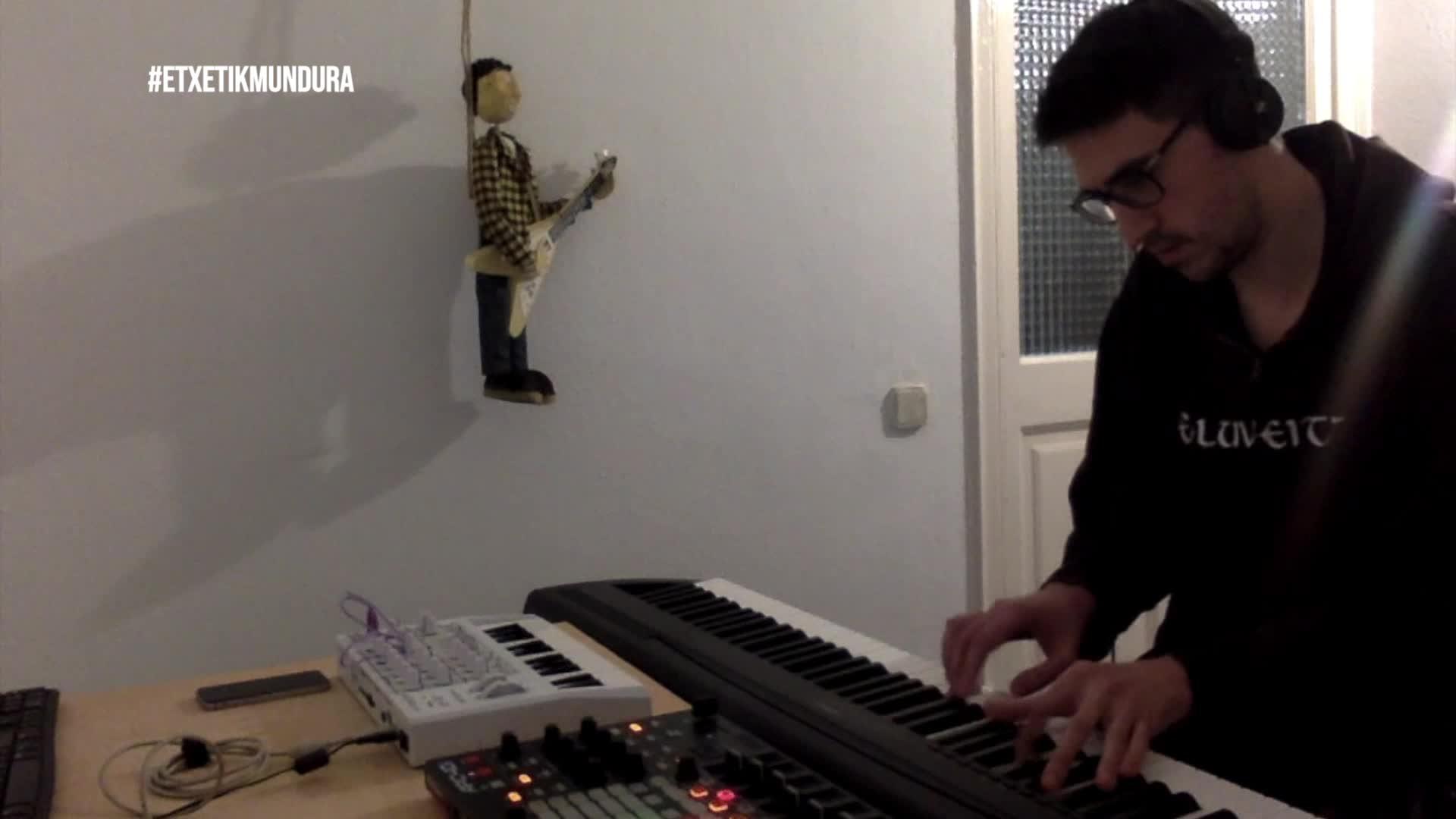Mikel Iraeta musikaria, etxetik mundura