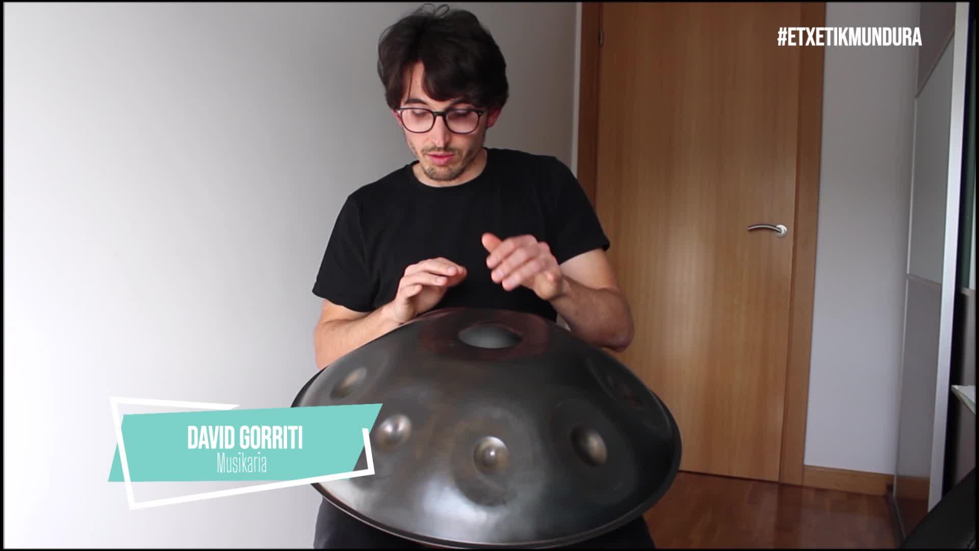 David Gorriti musikaria, etxetik mundura