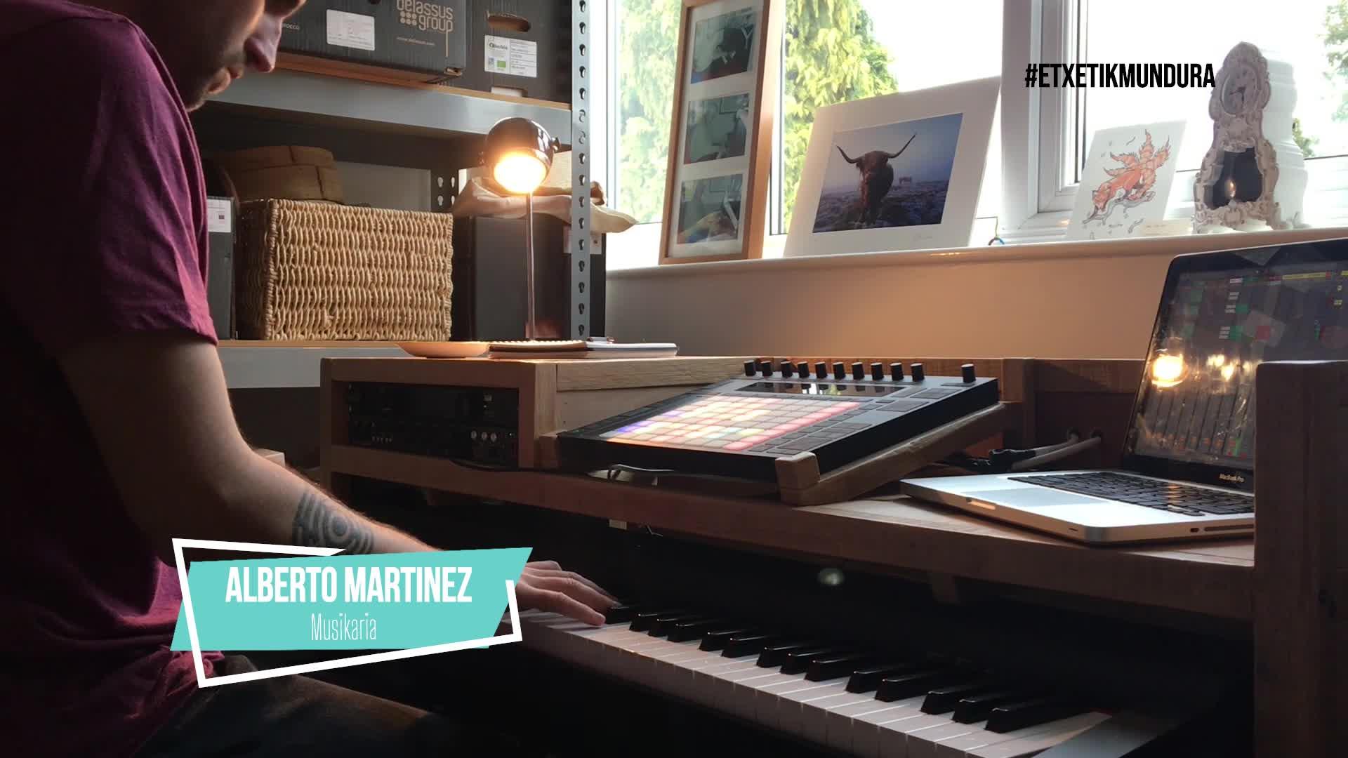 Alberto Martinez musikaria, etxetik mundura