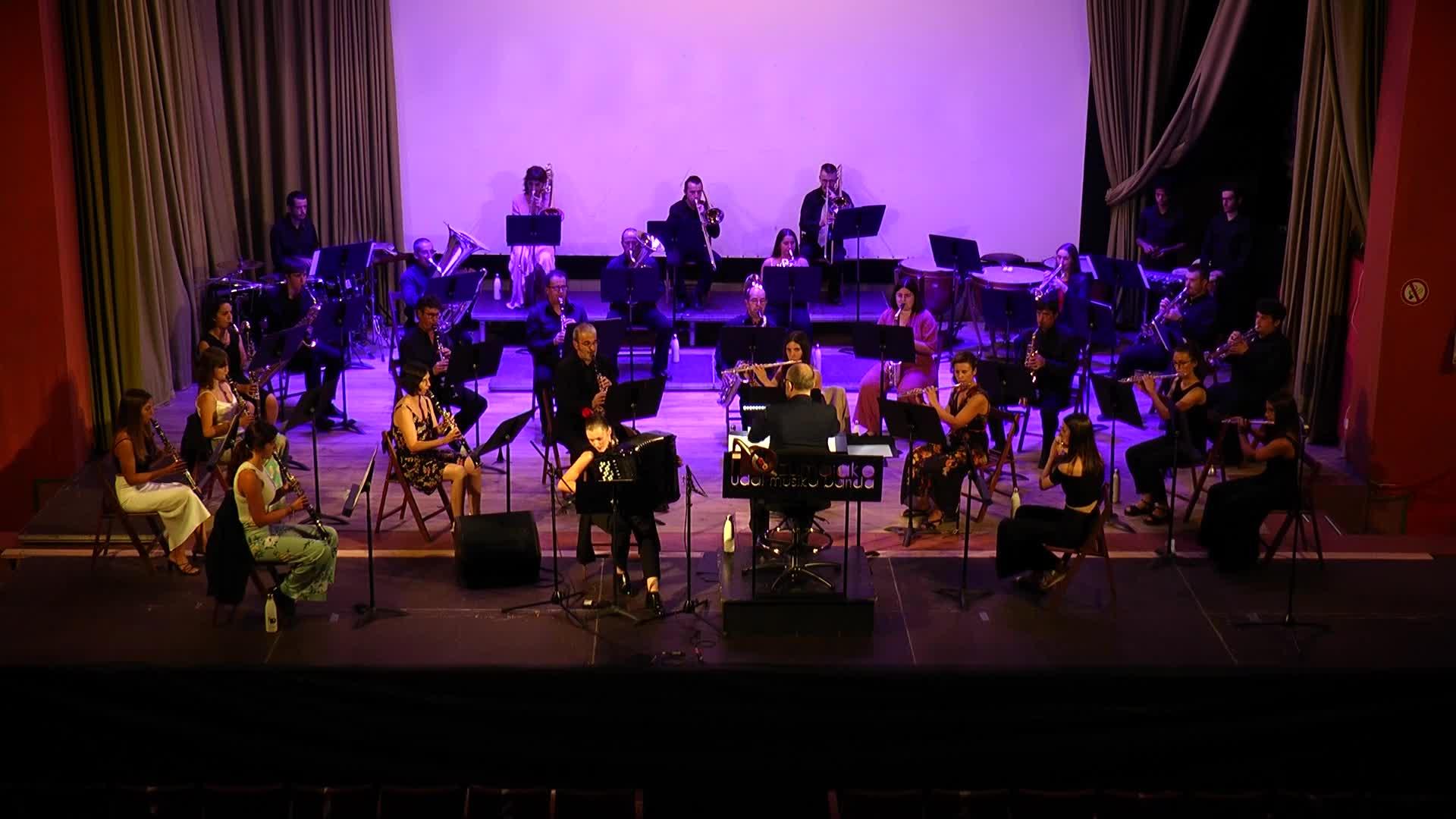 Zumaiako Udal Musika Banda eta Maria Zubimendi akordeoi jotzailearen kontzertua